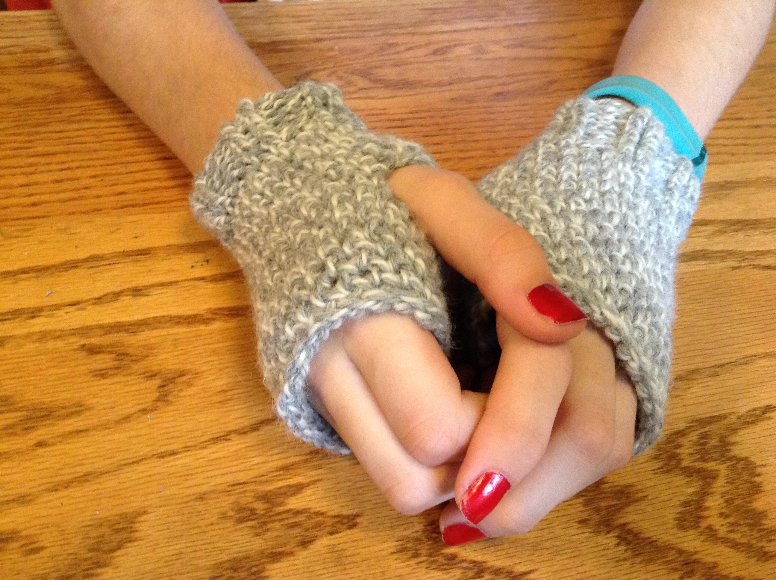 DEBlog: Loom knit fingerless mittens in figure 8 stitch (pattern)
